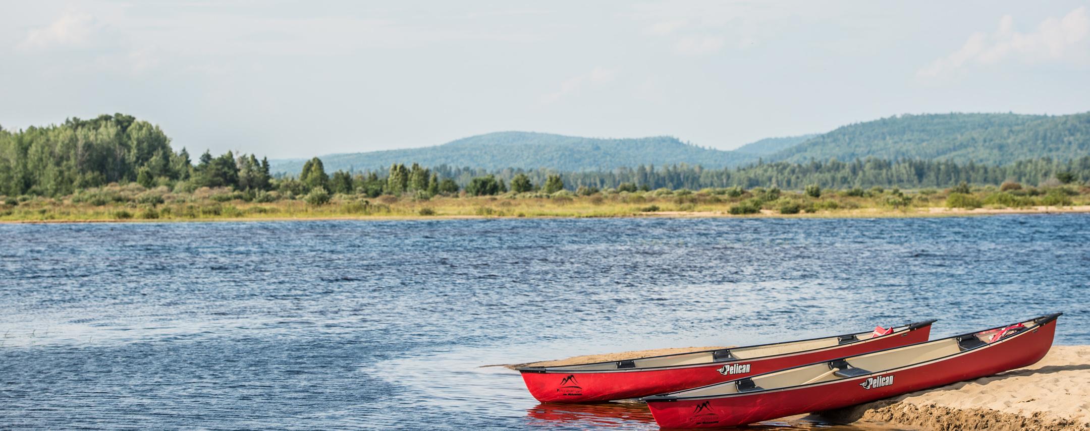 Plage et canot au Lac Taureau