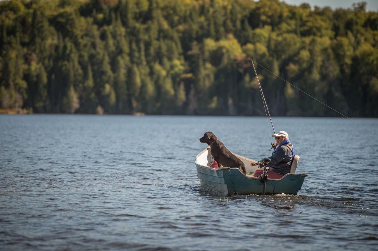 Pourvoirie Chasse et Pêche Saint-Damien avec un chien